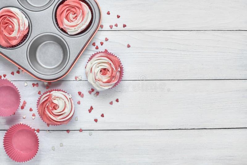 Upcake con una crema rosa-formada roja y blanca fotos de archivo libres de regalías