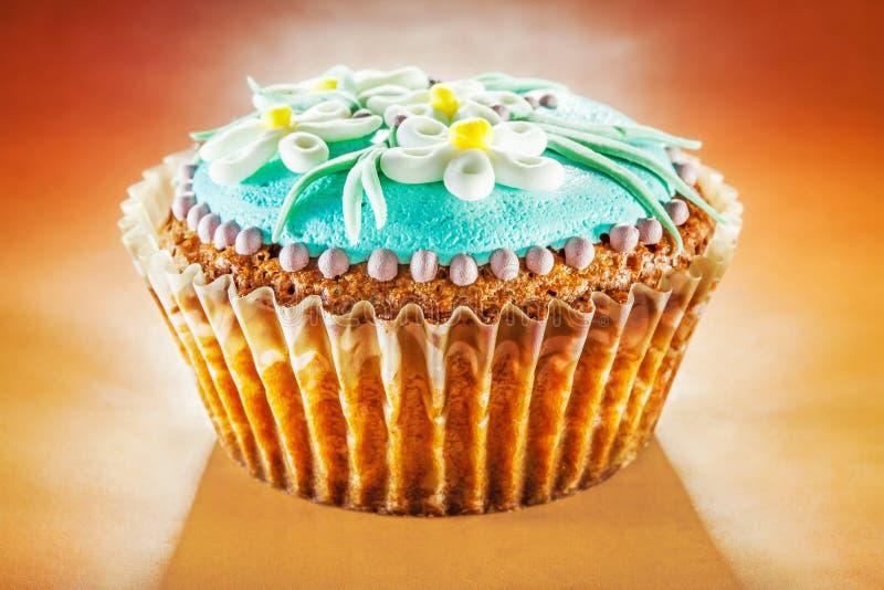 Upcakes del ¡de Ð adornados con las flores de la margarita foto de archivo