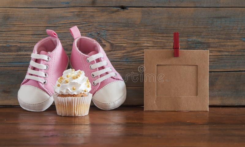 Upcakes deliciosos do  do aniversário Ñ para uma festa do bebê no backgro de madeira fotos de stock