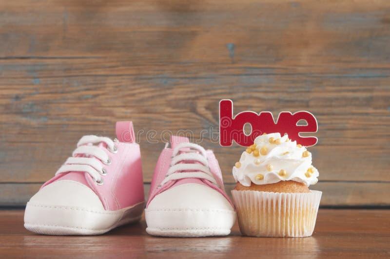 Upcakes deliciosos do  do aniversário Ñ para uma festa do bebê no backgro de madeira imagens de stock royalty free