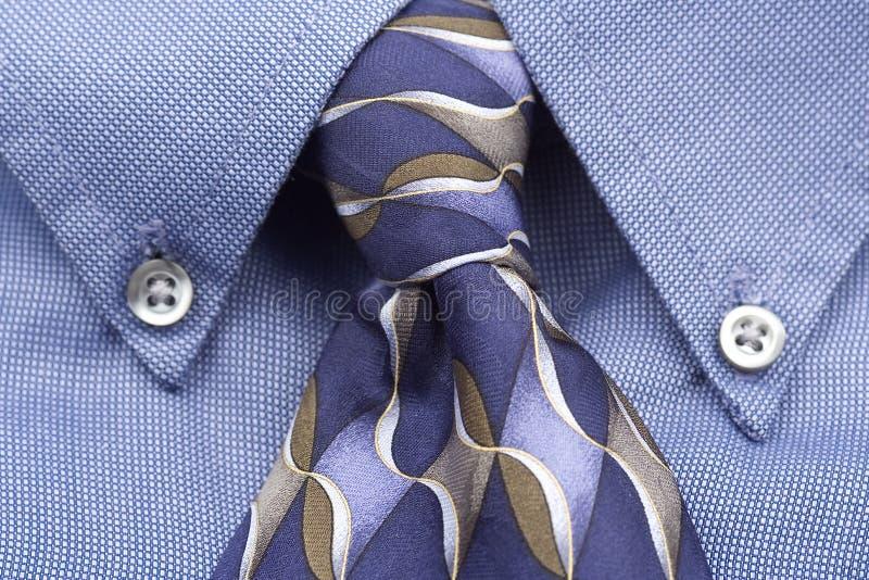 Upclose della camicia e del legame blu immagine stock