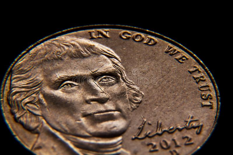 Upclose, macrodetail van een doorstaan en versleten nikkel met voorzitter Thomas Jefferson op het royalty-vrije stock fotografie