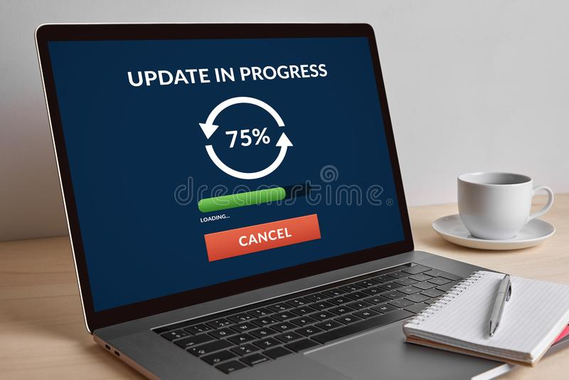 Updateconcept op het moderne laptop computerscherm stock foto