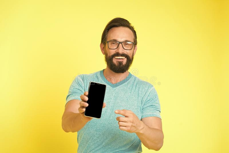 Updatetoepassing Smartphone van het Hipster vrolijke gebruik Mensen gelukkige gebruiker van smartphone Verblijf in aanraking met  stock fotografie