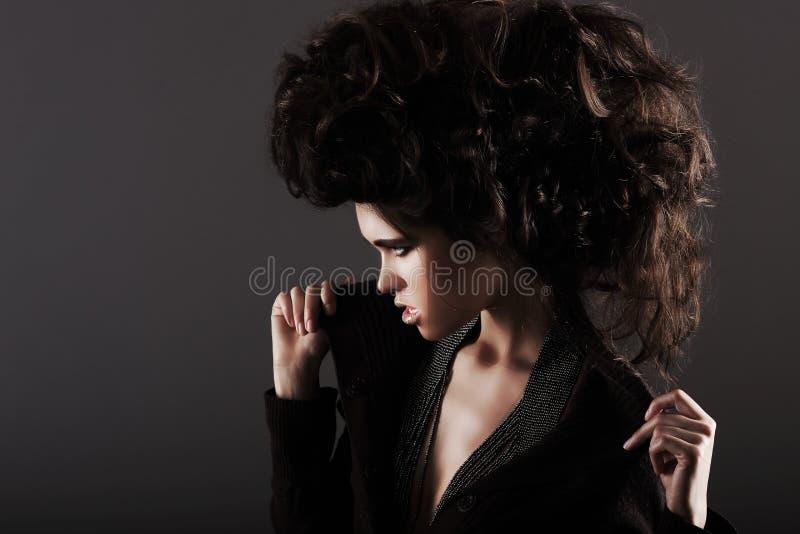 Updo Excentrisk kvinna med utformade lockiga hår royaltyfria foton