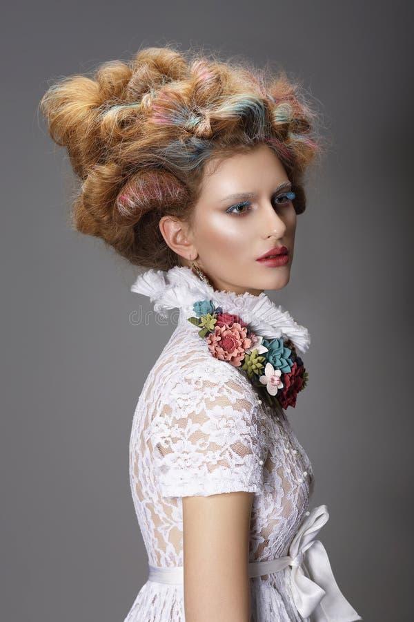 Updo Geverft haar Vrouw met modern kapsel Hoge Manier royalty-vrije stock afbeelding