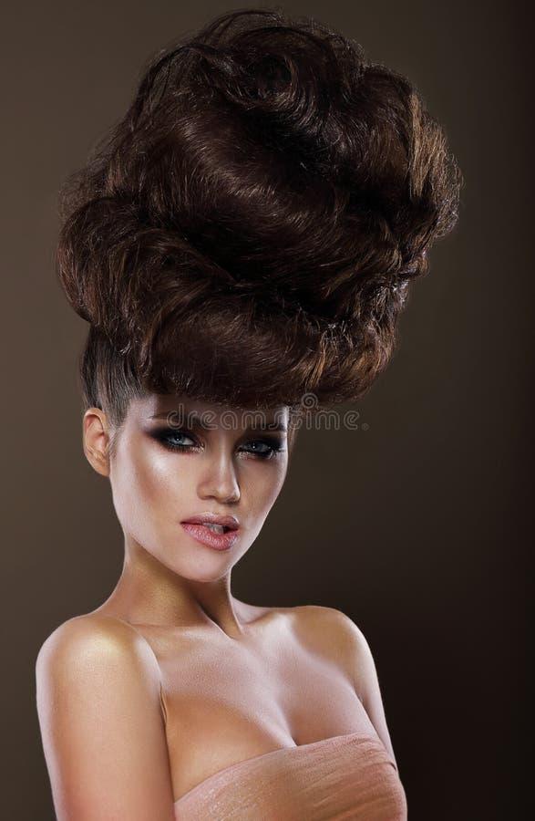 Updo Modische Frau mit kreativer Frisur stockfotos