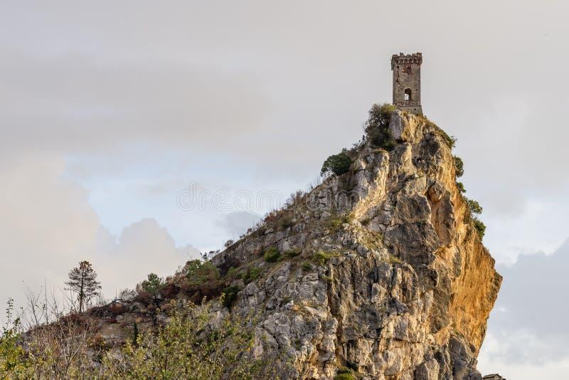 Upezzinghi wierza w Caprona przeciw dramatycznemu niebu, Pisa, Tuscany, Włochy fotografia stock