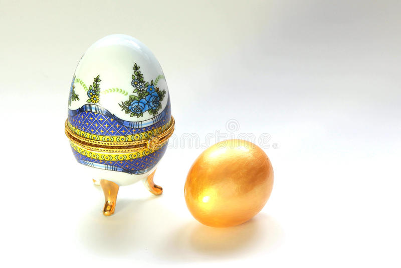 Upiększający biżuterii pudełko dla Złotego jajka zdjęcia royalty free