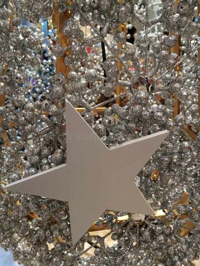 Upiększający Bożenarodzeniowy dekoraci gwiazdy i biel błyskotliwości srebra świecidełko zdjęcie stock