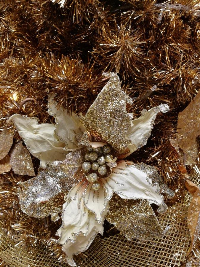 Upiększający choinki dekoraci świecidełko i kwiat zdjęcie stock