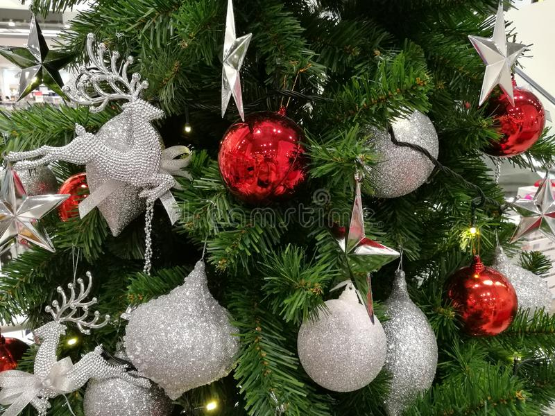 Upiększający choinki dekoraci błyskotliwości srebra ornamenty i czerwona piłka obrazy stock