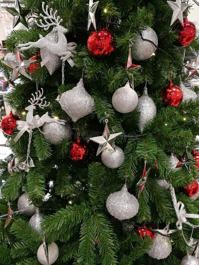 Upiększający choinki dekoraci błyskotliwości srebra ornamenty i czerwona piłka fotografia royalty free