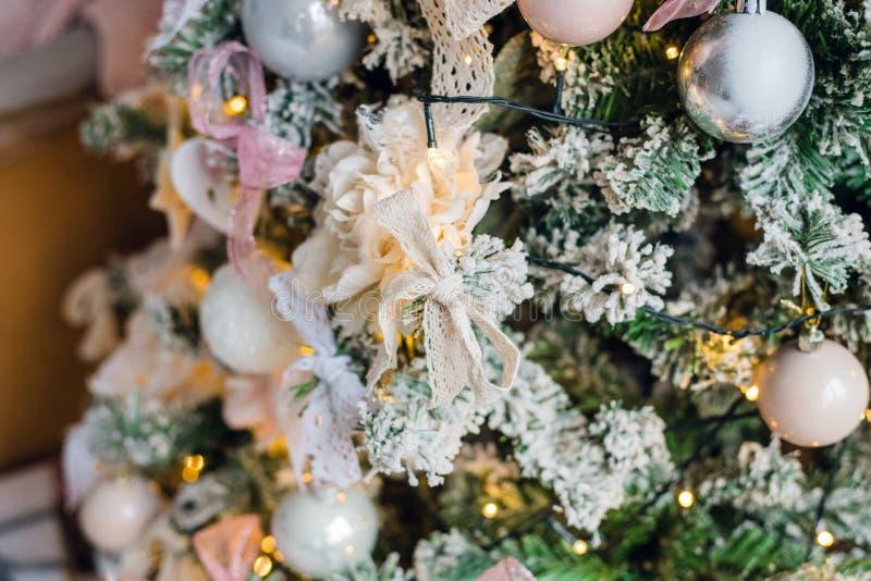 Upiększający choinki dekoraci biały kwiat zdjęcia royalty free
