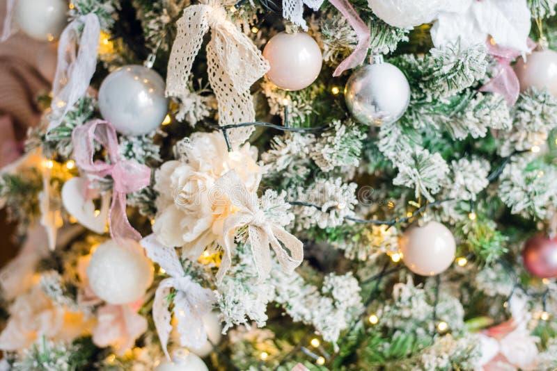 Upiększający choinki dekoraci biały kwiat zdjęcie stock
