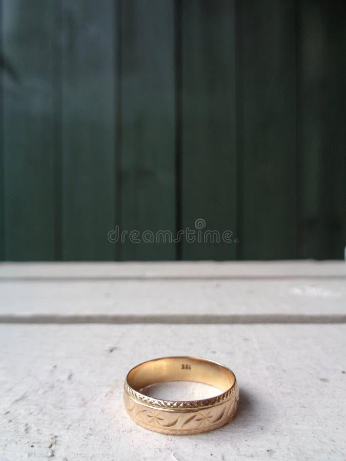 Upiększający Złocistego pierścionku zespół na Białej skrzynce obrazy stock