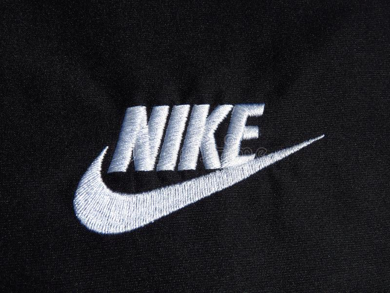 Upiększony Nike biały logo na czarnych poliestrowych skrótach obraz stock