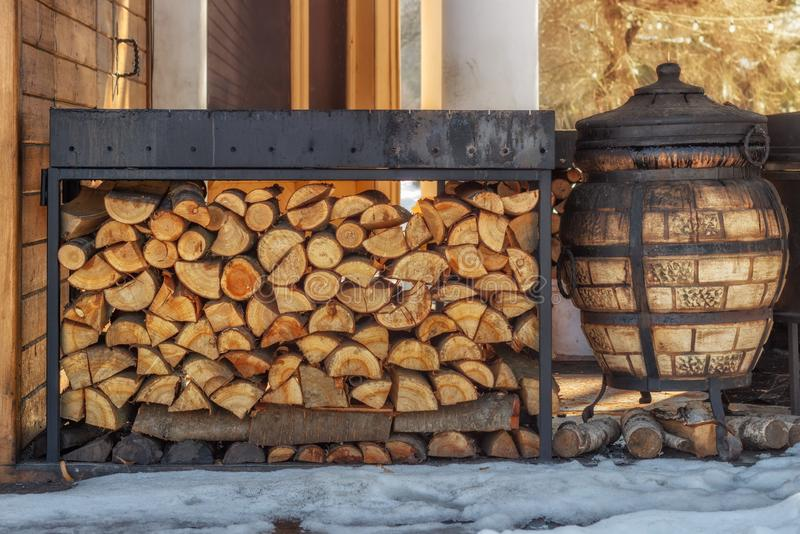 ?upka dla zimy ?upka dla grilla Tło robić drewno Cięcie i siekać bele z konfekcyjnymi kawałkami drewno dla obrazy stock