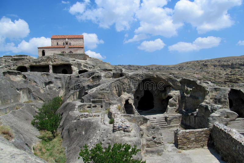 Upliscikhe-Höhlenstadt und -kirche in Georgia an einem sonnigen Tag stockbild