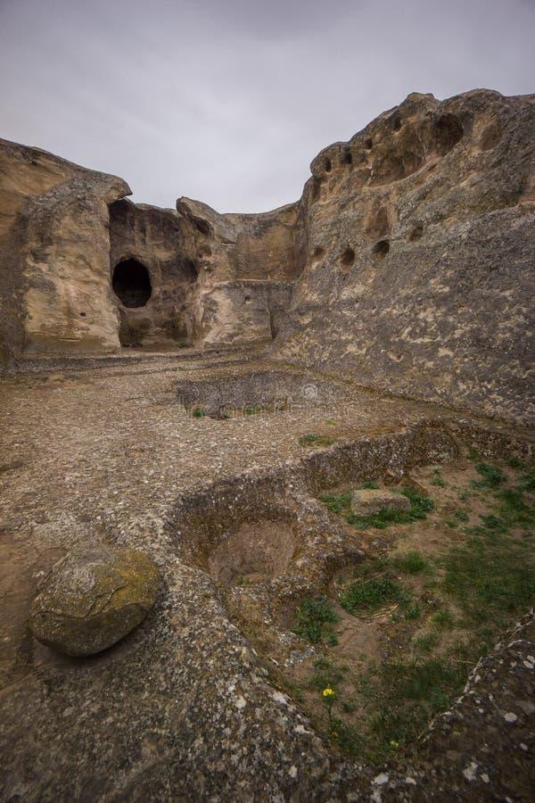Uplistsikhe a détaillé les découpages en pierre du plancher de maison de caverne photo libre de droits