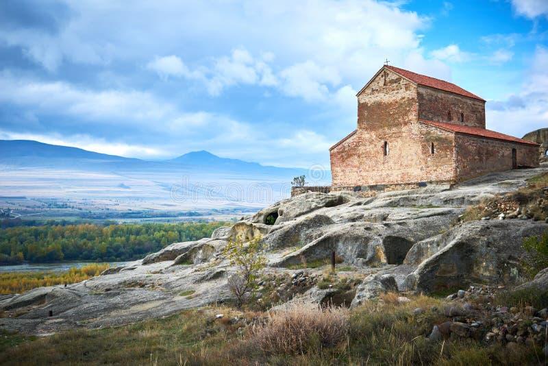 Uplistsikhe Vagga grottastaden med den kristna basilikakyrkan i Georgia royaltyfri fotografi
