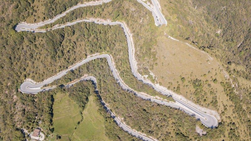 Uppåt- och neråt den flyg- sikten för surr av bergvägen i Italien från byn av Nembro till Selvino royaltyfri fotografi