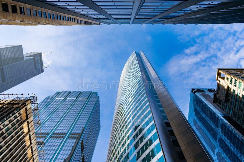 Uppåtriktad sikt av i stadens centrum Chicago skyskrapor arkivfoto