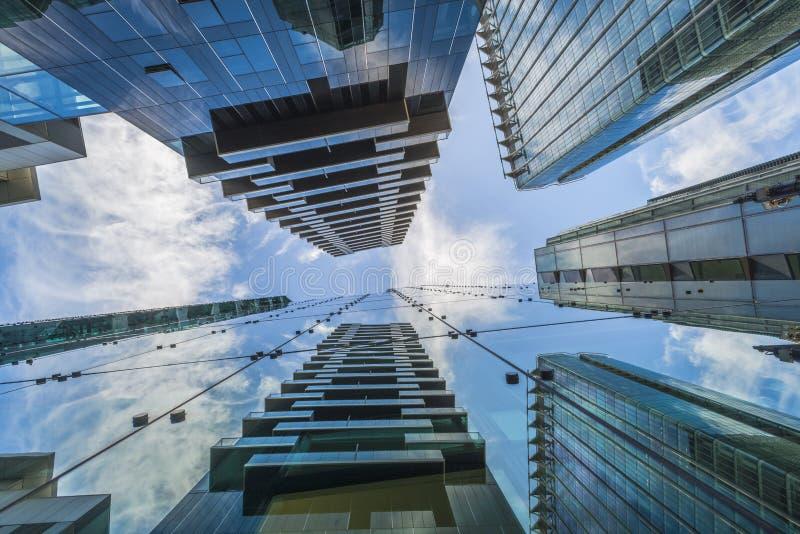 Uppåtriktad sikt av moderna skyskrapor i staden av London arkivfoto
