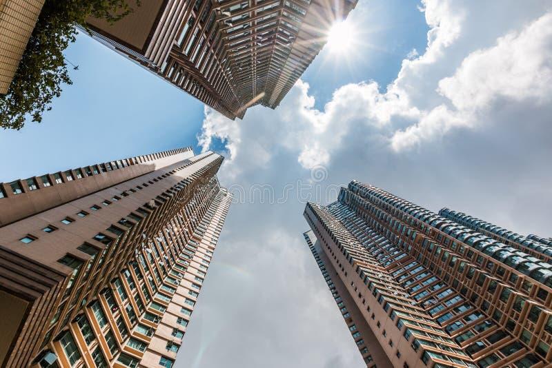 Uppåtriktad sikt av skyskrapan arkivfoto