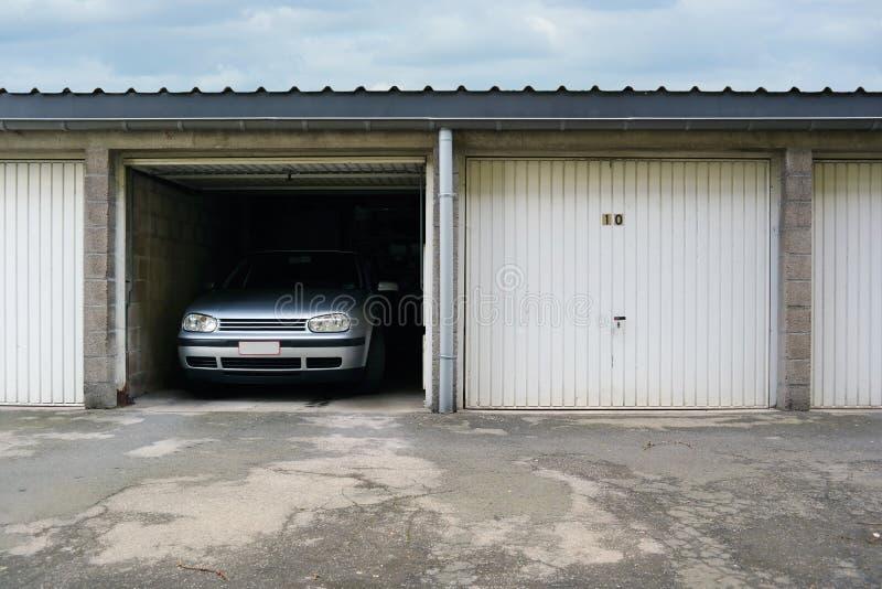 Upp-och-över garagedörr fotografering för bildbyråer