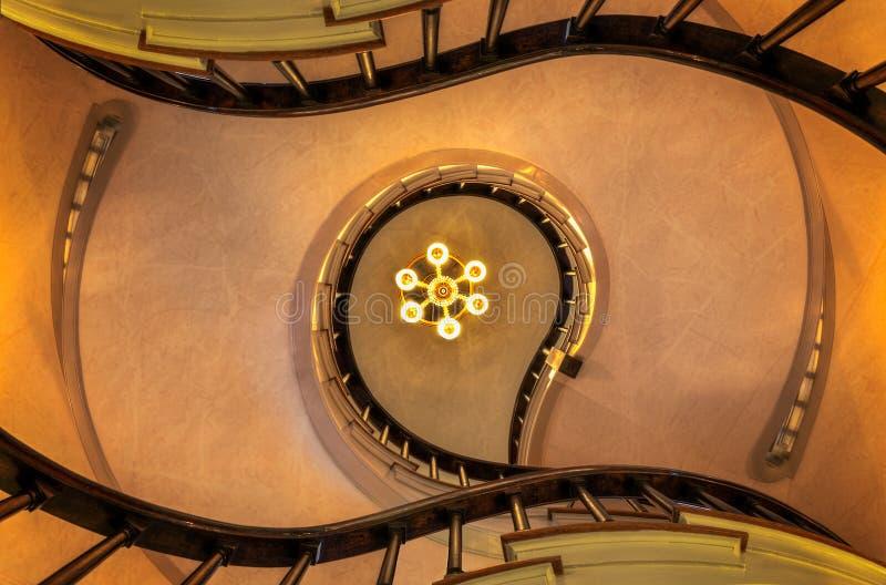Upp spiraltrappuppgången arkivbild