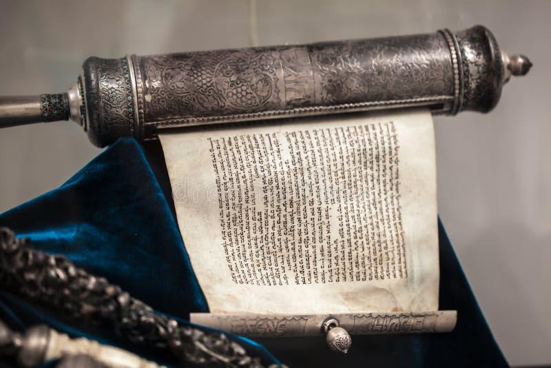 Uppackad Torah snirkelsilver royaltyfri foto