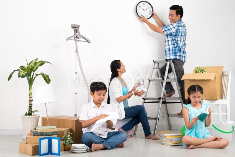 Uppackning av familjen fotografering för bildbyråer