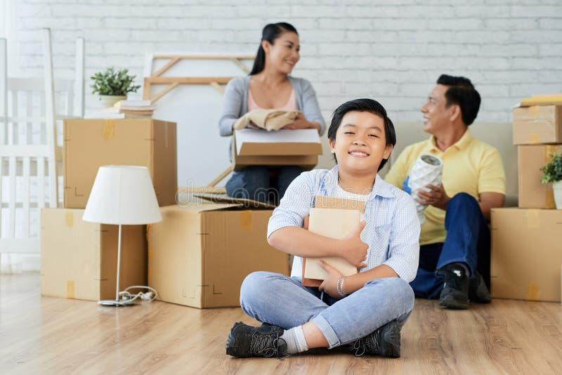 Uppackning av material med föräldrar arkivfoton