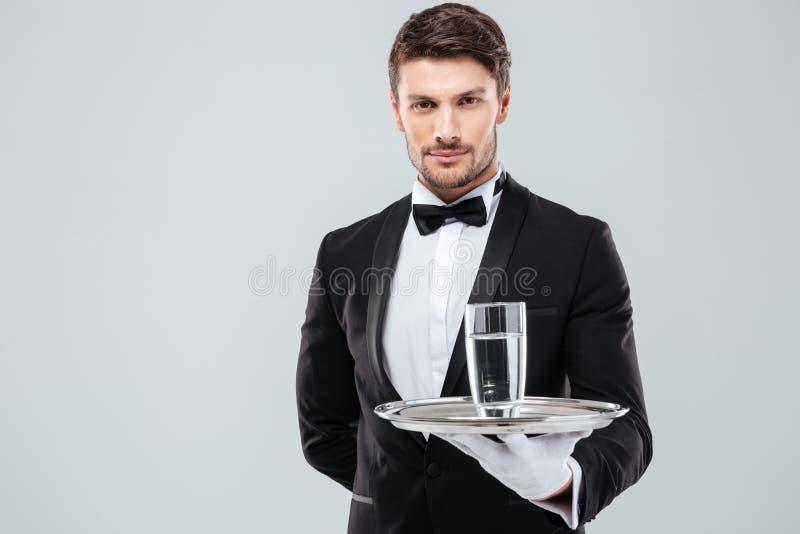 Uppassare i hållande exponeringsglas för smoking av vatten på metallmagasinet royaltyfri foto