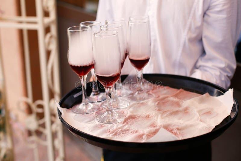 Uppassare med exponeringsglas av champagne royaltyfri bild