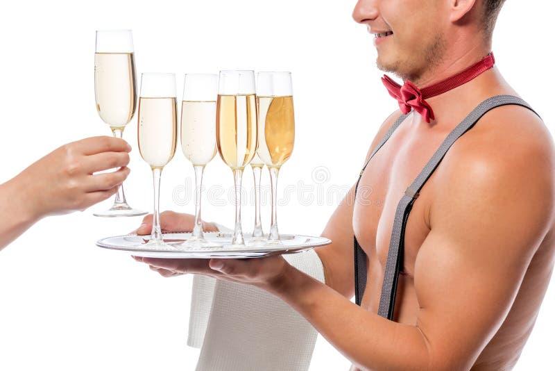 Uppassaren ger till damer champagne royaltyfri foto