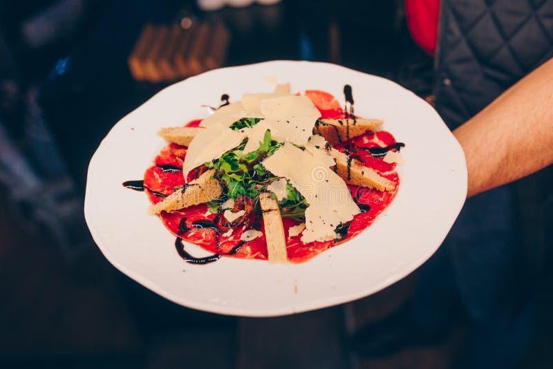 Uppassareportionen grillade steknålar blir rädd filékött med bakad apperitive garnering för grönsakpeppar på restaurangen, stänge royaltyfria bilder