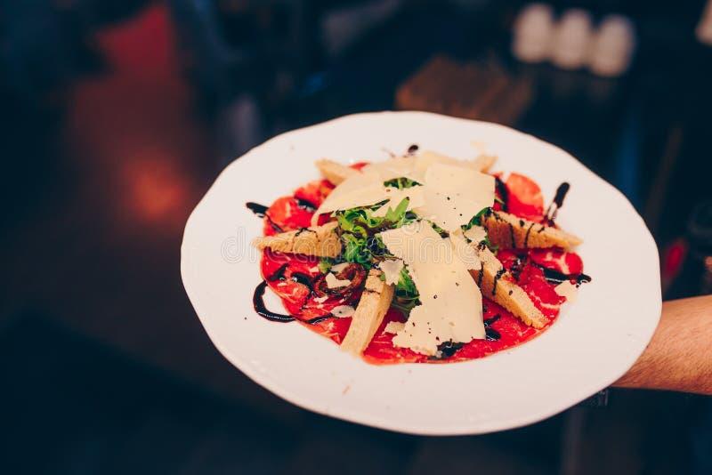 Uppassareportionen grillade steknålar blir rädd filékött med bakad apperitive garnering för grönsakpeppar på restaurangen, stänge royaltyfri fotografi