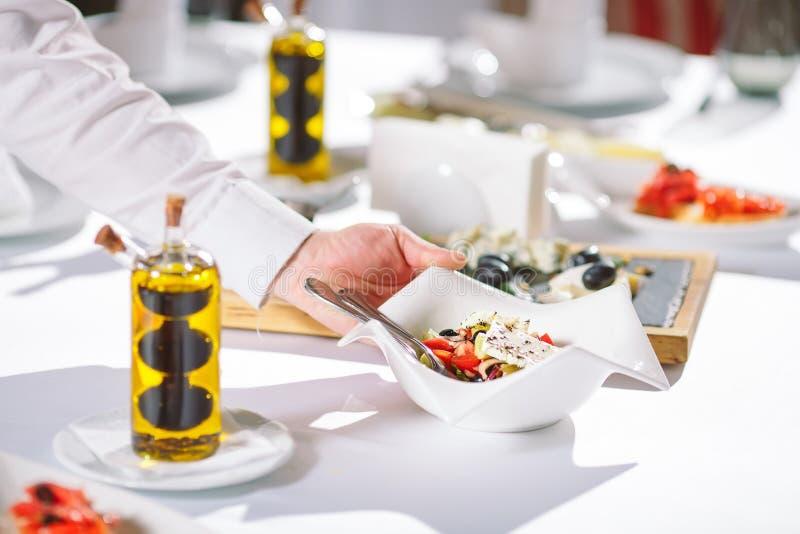 Uppassareportiontabell i restaurangen som förbereder sig att motta gäster royaltyfri foto