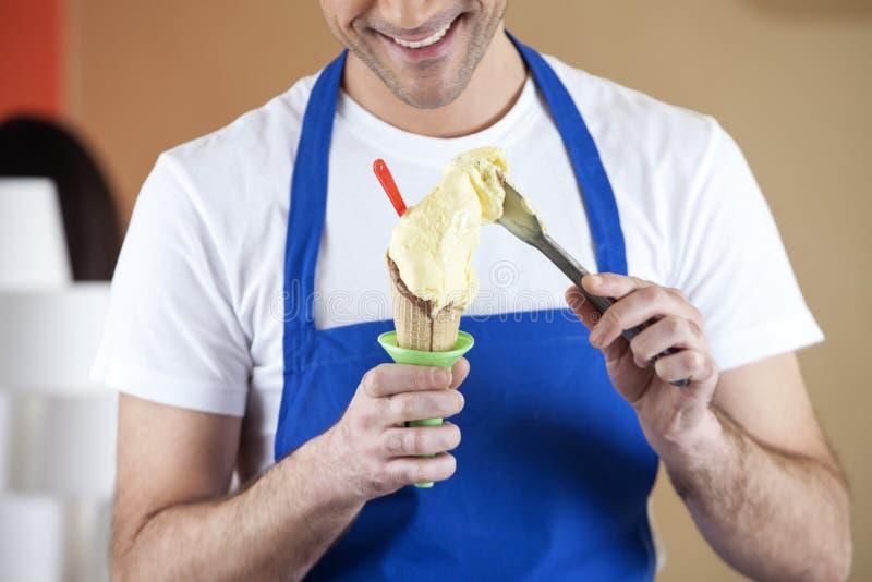 UppassarePreparing Vanilla Ice kräm i mottagningsrum arkivbilder