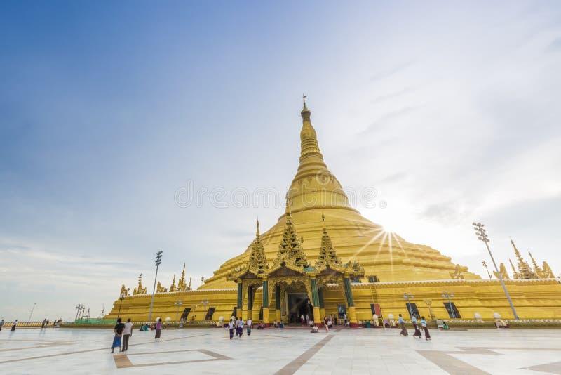 Uppatasanti pagod, kopian av den Shwedagon pagoden royaltyfria foton
