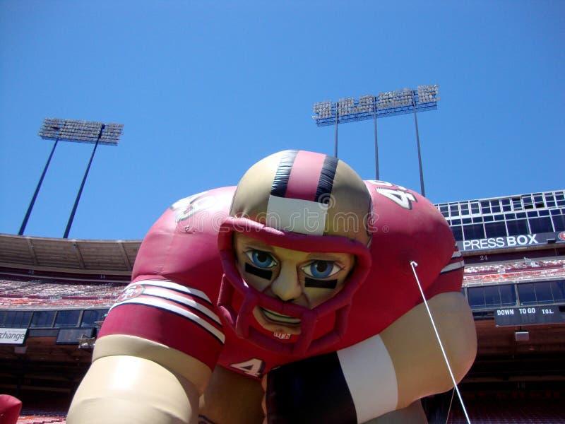Uppblåsbar San Francisco 49ersfotbollsspelare på fandagen arkivbilder