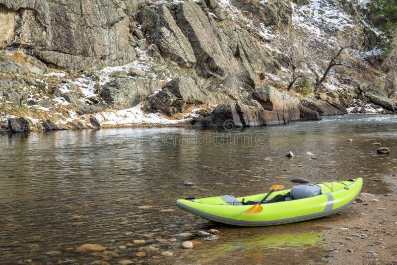 UppblÃ¥sbar whitewaterkajak pÃ¥ en stenig kust av en bergflod fotografering för bildbyråer