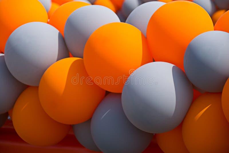 Uppblåsbara bollar för apelsin och för grå färger på en berömaktivitet royaltyfri bild