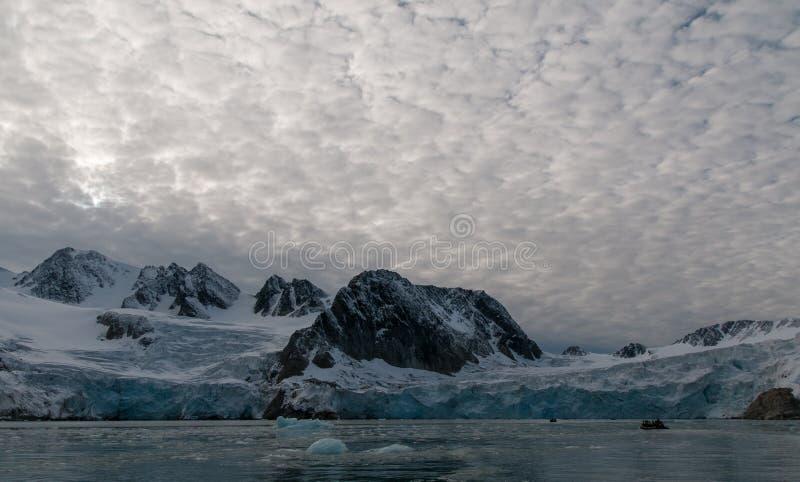Uppblåsbara Rubber fartyg som att närma sig glaciärframdelen, Hamiltonbukta, Svalbard fotografering för bildbyråer