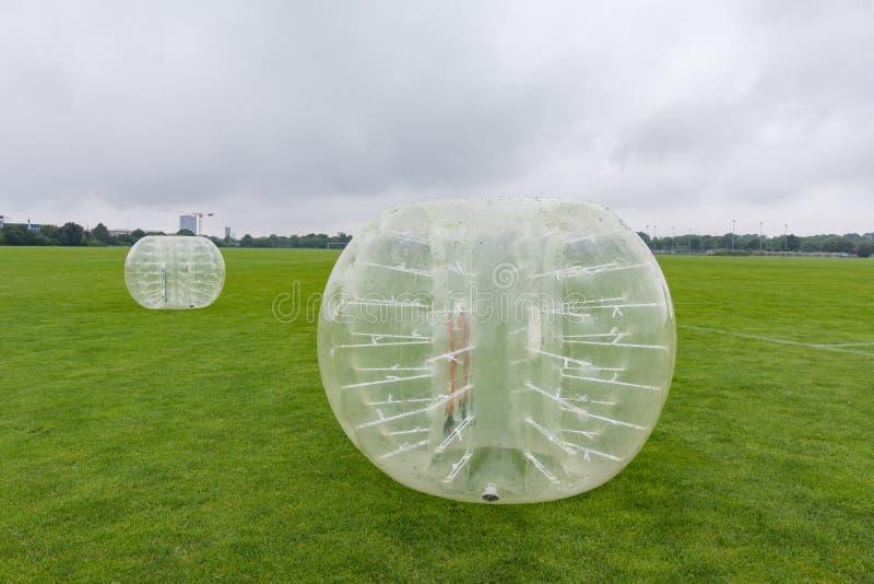 Uppblåsbara stötdämparebollar för att spela fotboll royaltyfria bilder