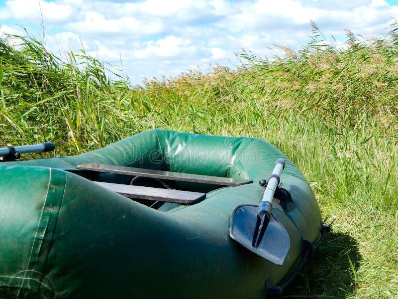 Uppblåsbart fartyg för att simma med åraställningar arkivfoto