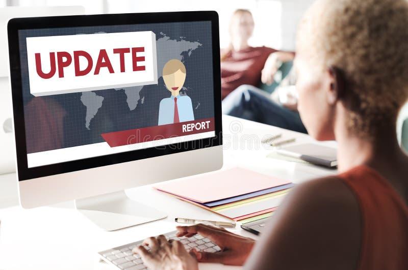 Uppdatering som tenderar begrepp för information om breaking newsrapport royaltyfria foton