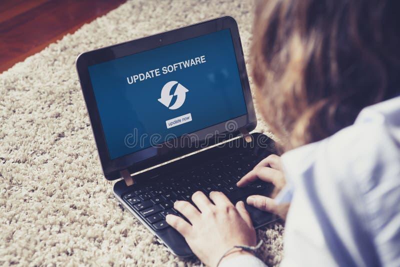Uppdateringprogramvarumeddelande på en bärbar dator arkivbild